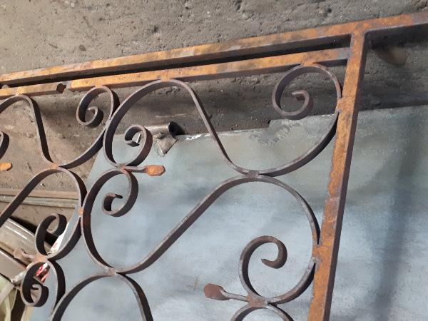 ancien fer forgé qui à été désapé pour enlever la rouille , la mousse  et la vielle peinture ;