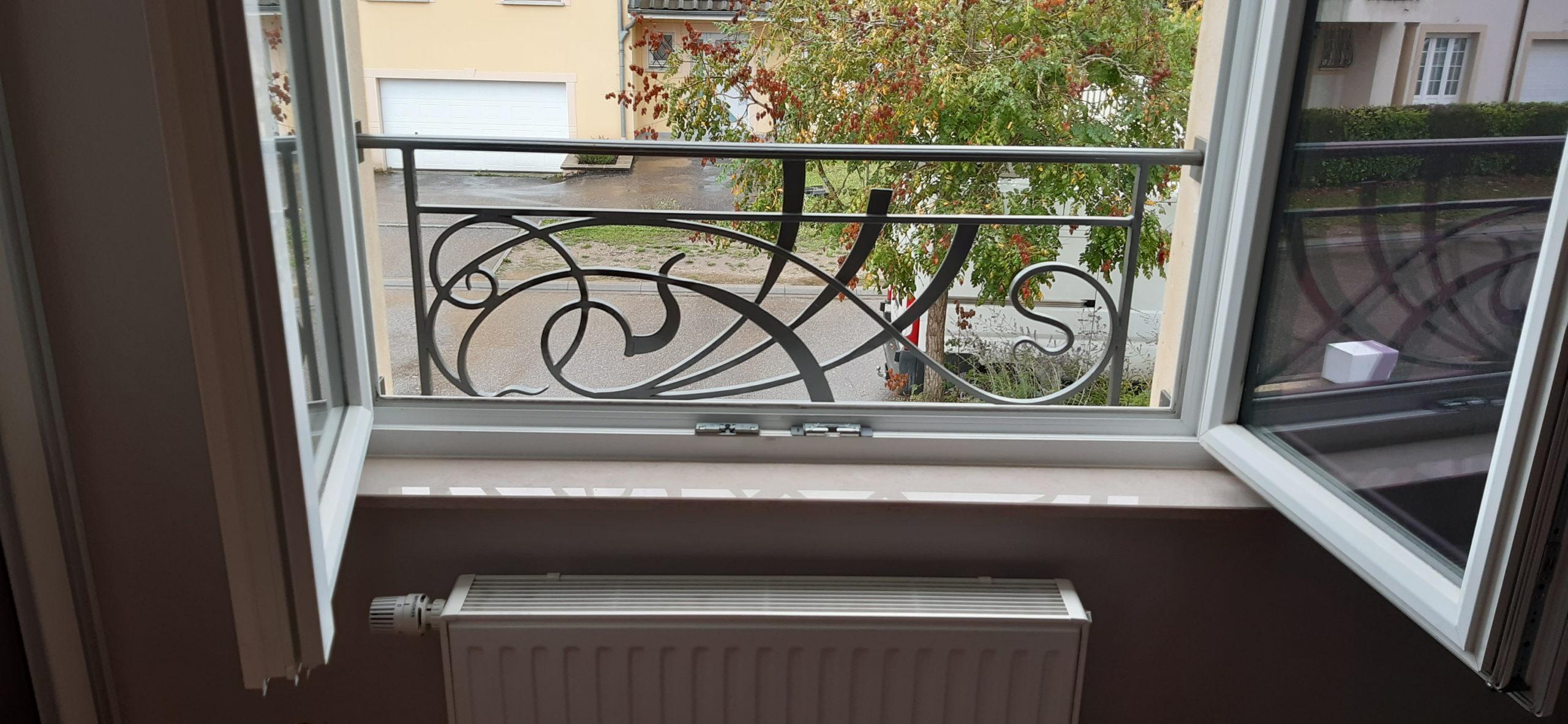 garde corps fenêtre; Remplissage avec des motifs forgés
